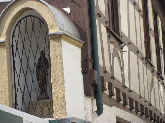Ruedesheim am Rhein, เยอรมนี: holy sculpture at its corner