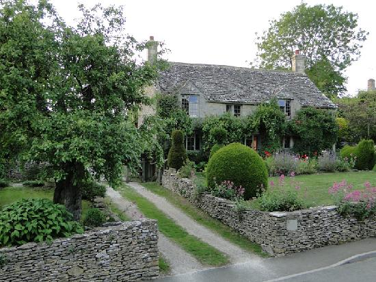 Yew Tree Cottage Bed and Breakfast: Yew Tree Cottage - view from the street