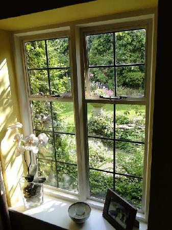 Yew Tree Cottage Bed and Breakfast: View from the stairs to the back garden
