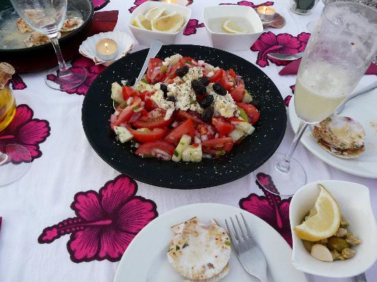 Cafe bar Es Reco: Salat mit Ziegenkäse und dazu überbackene Jakobsmuscheln - salad with goat chesse and scallops