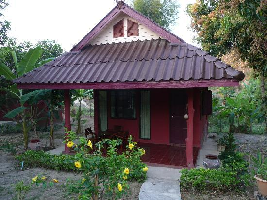Ban Rai Tin Thai Ngarm Eco Lodge: Bungalow - it is just as nice inside as out, and has 2 porches!