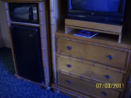 Best Western Plus Park Place Inn - Mini Suites: tv, microwave, and refrigerator across from beds