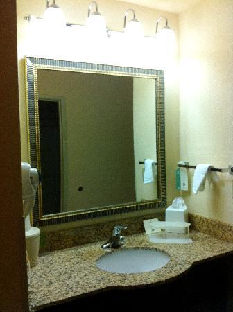 Holiday Inn Express Farmington (Bloomfield): Updated sink area - not private to the bed area