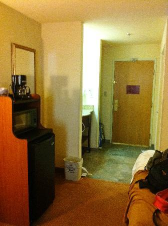 Holiday Inn Express Farmington (Bloomfield): Looking toward the door - microfridge can be seen on left, sink just beyond on left and toilet/t