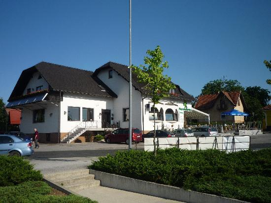 Pohorska Kavarna Guest House : The hotel view from the street