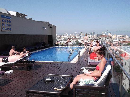 Pool area picture of h10 marina barcelona hotel for Pool show barcelona