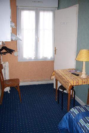 Hotel Le Monopole : table & chair