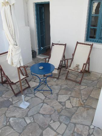Oia's Sunset Apartments: The patio area of our room