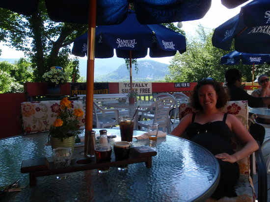 May Kelly's Cottage Restaurant and Pub : Whitehorse Ledge in the background