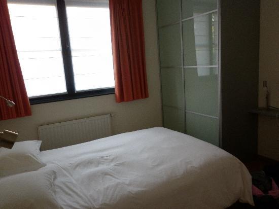 Housingbrussels: photo de notre chambre, au rez de chaussé