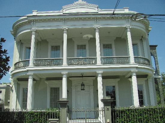 Southern Style Tours: one of the many beautiful houses in the Garden District