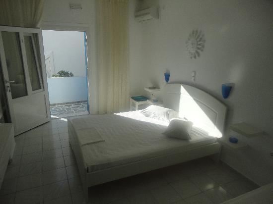 Niki Savvas Studios & Suites: room