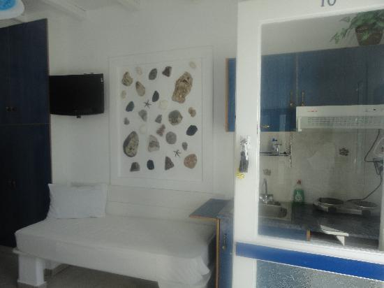 Niki Savvas Studios & Suites: room decor