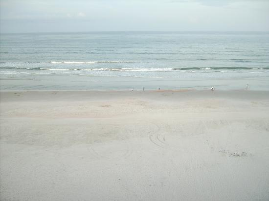 Holiday Inn Express and Suites Oceanfront: VIEW OF BEACH FROM 6TH. FLOOR BALCONY