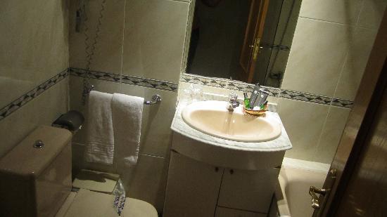 Aparthotel Quo Eraso: bathroom