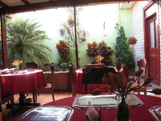 Taylor Inn B & B: The dining area, where you can see hummingbirds