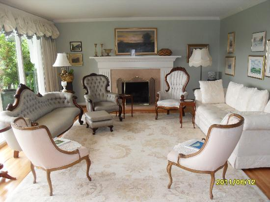 BayView Bed and Breakfast: The living room