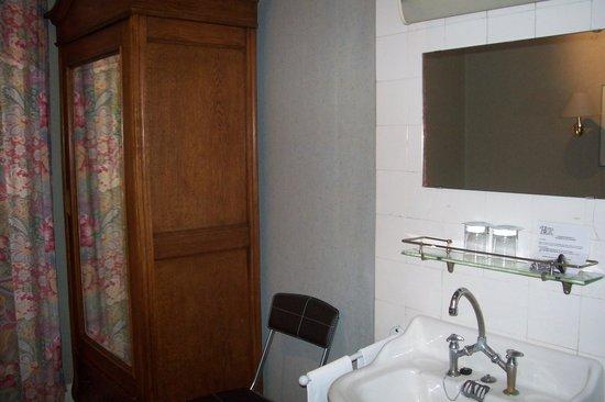 Hotel du Rhin: sink and closet