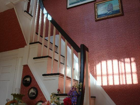 Holiday Guest House Bed & Breakfast: Front staircase