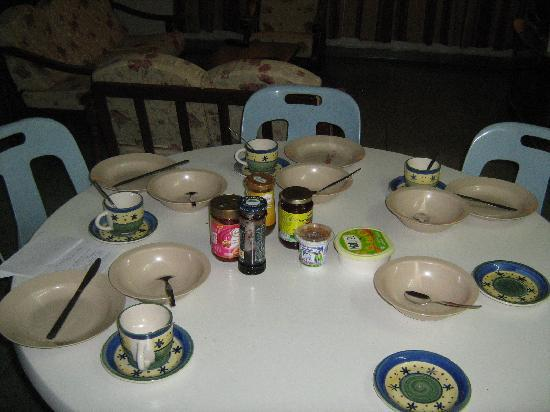 Lee Guesthouse: table arrangement for breakfast