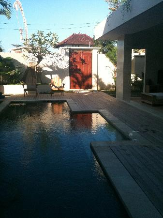Pantai Indah Villas Bali: Morning pool view