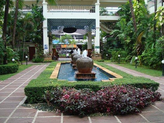 Horizon Patong Beach Resort & Spa: Entrace of the Hotel