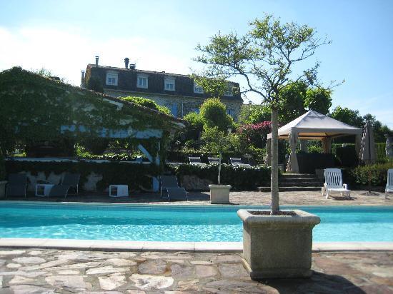 Hostellerie Saint-Jacques : Garden and pool 1