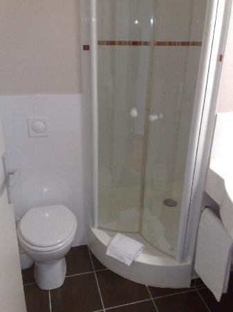 Ace Hotel Bourges : Douche et WC