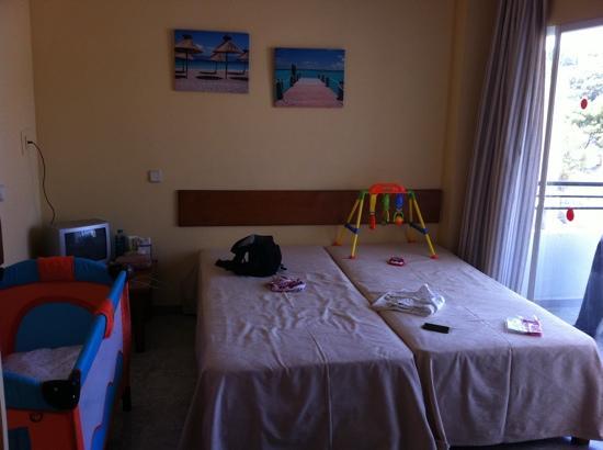 Sol Lunamar Apartments: dubbelrum med resesäng.