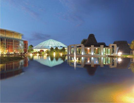 Erding, Deutschland: Außenbereich der VitalTherme & Saunen bei Nacht