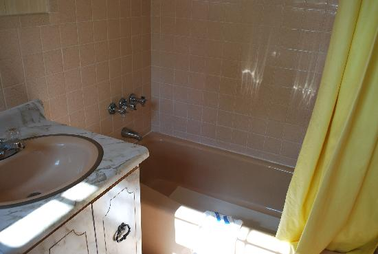 Colonial Village Motel & Cottages: Bathroom 2