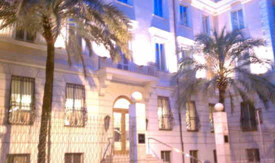คาโป ดาฟริกา: Hotel exterior at night- quiet neighborhood