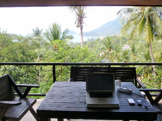 Koh Tao Heights Exclusive Apartments: View from the studio balcony over Sairee beach