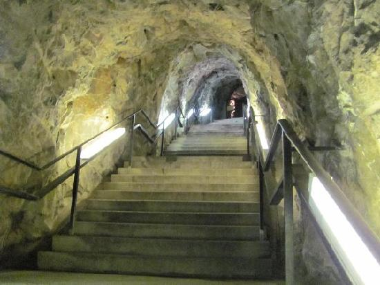 Idar-Oberstein, Allemagne : tunnel and stairs towards the chapel