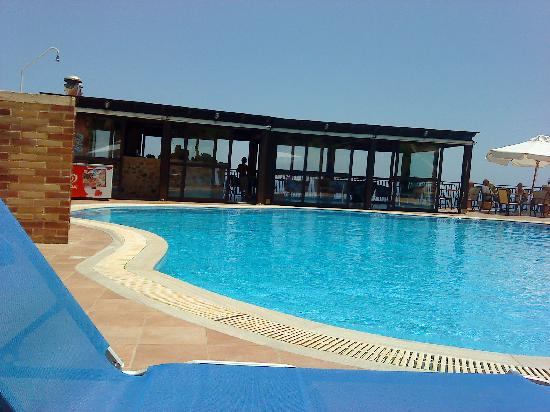 Driades Apartments: view of the pool and bar