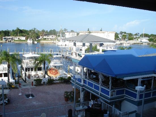 Pirate's Cove Resort and Marina: Bar area