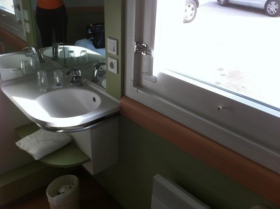 Ibis Budget Honfleur: lavabo