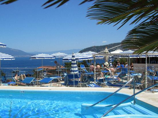 Grand Hotel De La Ville Sorrento: Pool on the roof with a fantastic view