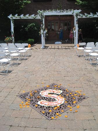 Bleckley Inn: Beautiful Courtyard perfect for our ceremony