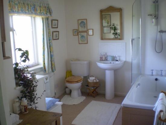 Weir Cottage: Guest Bathroom