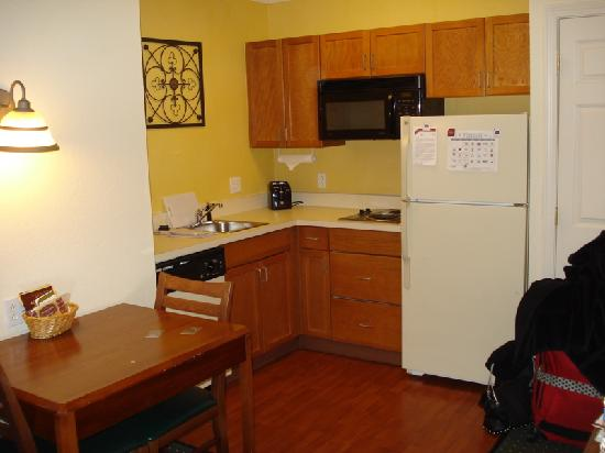 Residence Inn Boston Framingham : Kitchenette