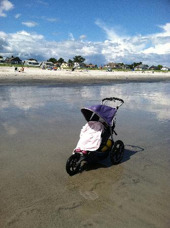 Ocean Walk Hotel : Beach and sleeping 3 year old in rented jogging stroller