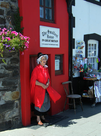 Conwy, UK: Little lady looking after the little house