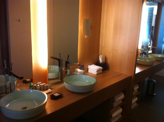 Hotel Le Germain Maple Leaf Square: Double sinks in modern washroom
