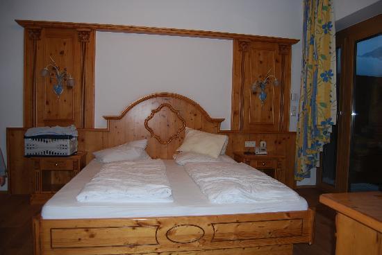 Amiamo Familotel Zell am See: Wenn die Servicekraft das Bett aufschüttelt, schaut es noch besser aus.