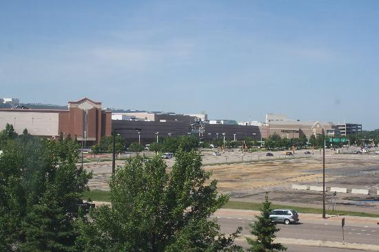 Fairfield Inn & Suites Minneapolis Bloomington: This is how close you are! Taken from window of our room.  No zoom.