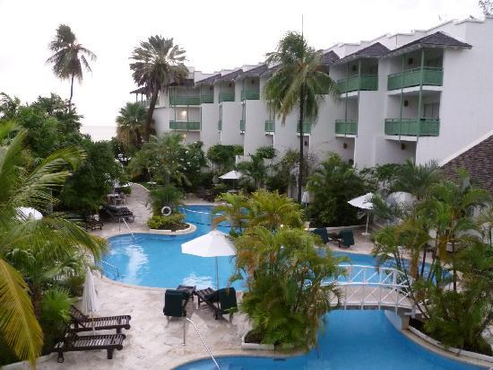 مانجو باي - أول إنكلوسف: Pool and rooms