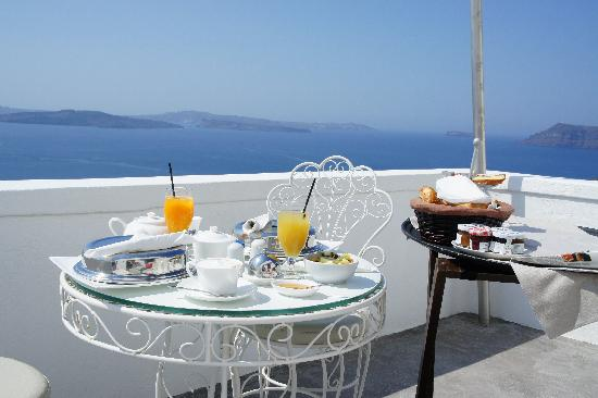 Andronis Luxury Suites: breakfast brought to our balcony every morning - yum!