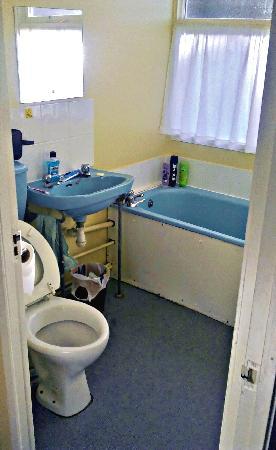 Pontins Brean Sands Holiday Park: Budget Chalet Bathroom