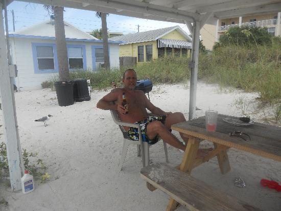 Seahorse Cottages: Sitting outside grillin